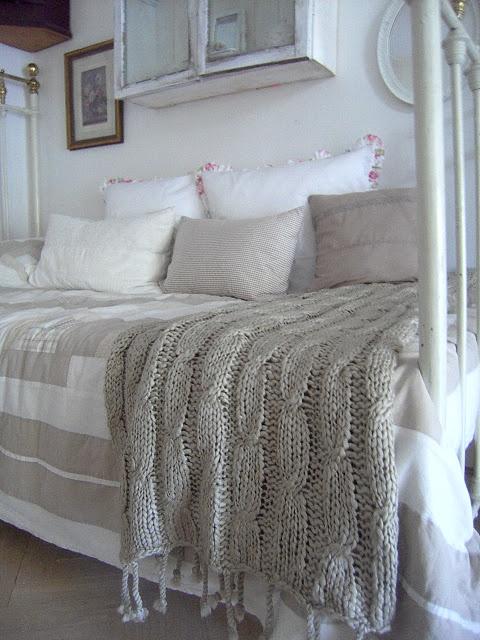 wolldecke kann man bestimmt selber stricken. Black Bedroom Furniture Sets. Home Design Ideas