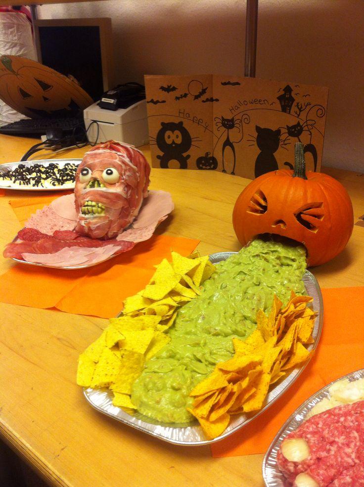 Halloween Food, Buffet, kotzender Kürbis mit Guacamole und Nachos