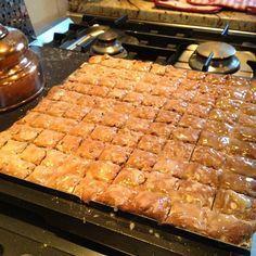 Recette de leckerlis, lackerlis, des bredele, biscuits de Noël épicées, au miel - Alsace.  Biscuits de Noël au miel, amandes, citron et orange confits, parfumés aux épices comme la cannelle et la muscade. Glacés au sucre et au kirsch, ils sont indissociables des fêtes de fin d'année. En passant de Bâle, en Allemagne et en Alsace, on craque pour ces délicieux petits fours carrés.