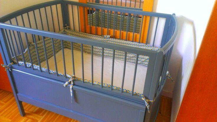 Juno bed spraypainted i blueish grey with DIY bedding.