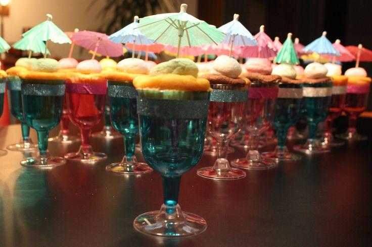 Ijsjes van een cupcake. Glaasje van de Xenos, omrand met glittertape. Een cupcake met een spekje en een parasol.