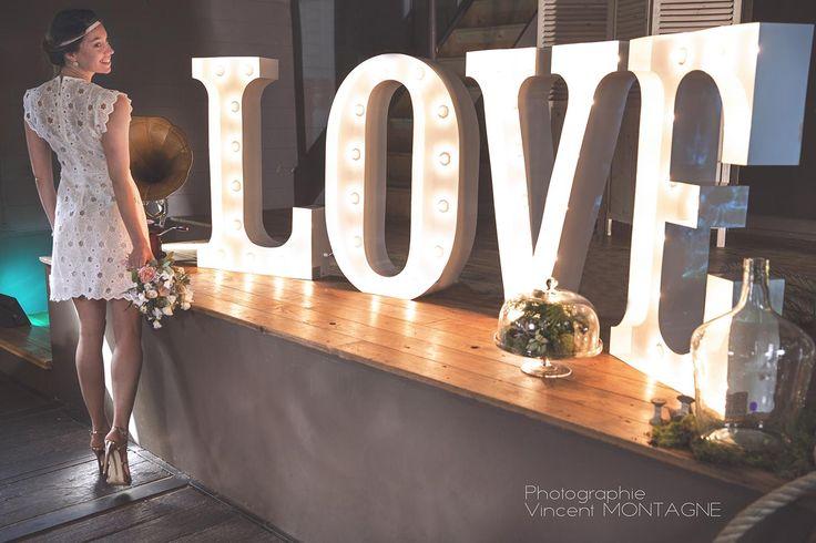 Lettres lumineuses LOVE en location chez DDay Déco.
