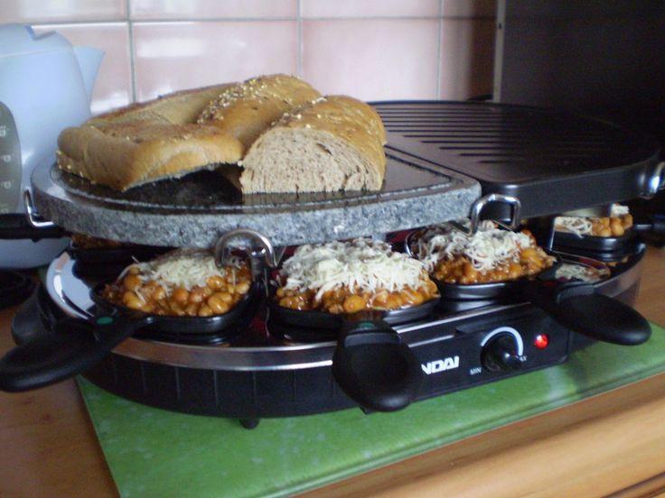 V kastrolu rozpálíme olej a něj dáme cibuli, česnek a kmín a smažíme 2 minuty. Přidáme mleté hovězí maso a za častého míchání je smažíme asi 5...