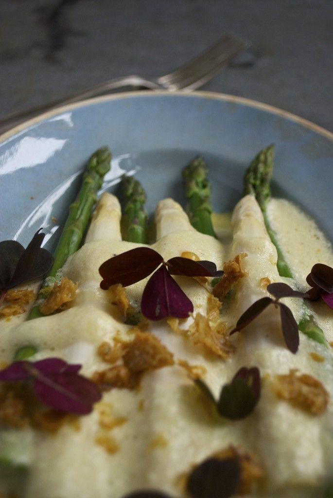 Hvide og grønne asparges med skummende hollandaise og sprødt kyllingeskind // White and green asparagus with a foamy hollandaise and crispy chicken skin #asparges #hollandaise #asparagus