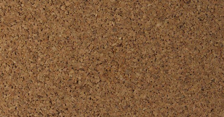 Como prender a cortiça às paredes. Cortiça é um elemento de decoração barato e comum. Ela é normalmente usada como um mural, mas pode-se cobrir uma parede inteira, ou uma porção dela, com cortiça. O material está disponível em rolos grandes de 3 mm de espessura. Visite uma loja de materiais para o lar para encontrar um pedaço de cortiça adequado para um projeto de larga escala ...