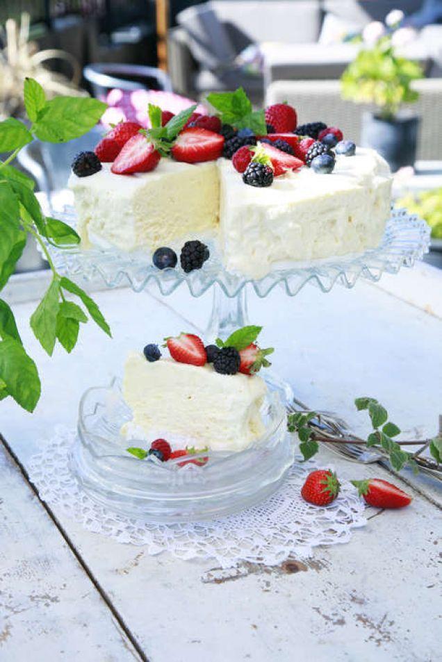 En vanlig glasstårta är väl inte optimal att servera på en buffé. Men här blandar vi gelatin i smeten, vilket gör att glassen håller ihop och inte smälter.