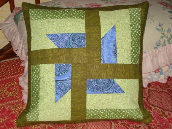 Capa para almofada em patchwork. Parte de trás em formato de envelope e frente composta de patchwork, manta acrílica e forro. Pode ser feita sob encomenda com variação de tecidos e cores. Sujeito a troca de tecidos.