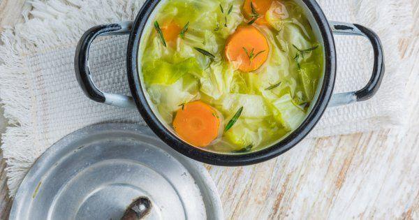La soupe aux choux permet de maigrir vite. Focus sur les bienfaits et dangers de ce régime hyper restrictif qui promet une perte de poids spectaculaire.