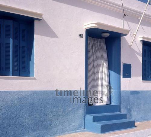 Mediterraner Baustil auf der Insel Naxos, 1972 Juergen/Timeline Images #bunt #farbenfroh #blau #azur #mediterran #Gebäude #luftig #70er #Griechenland #Insel #Sommer #Urlaub #Wind