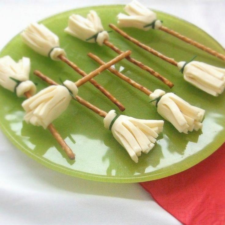 Halloween Ricette salate antipasti e snack bastoncini alsaziani Pretzel scope di strega formaggio sottilette erba cipollina piatto verde