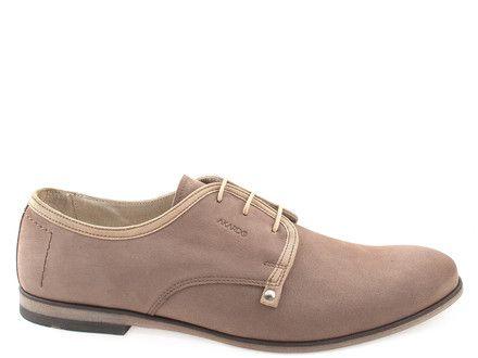 Elegant beige shoes for men made of leather.