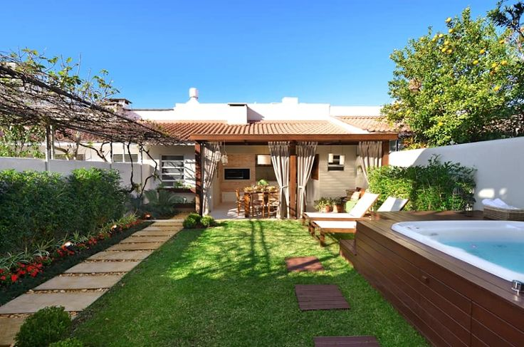 Gosta deste jardim com área de lazer? Confira mais! https://www.homify.com.br/livros_de_ideias/2579799/16-ideias-incriveis-para-renovar-o-seu-jardim