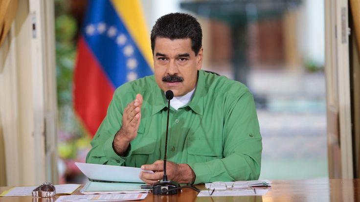 """Maduro hará """"importantes anuncios"""" este domingo / El presidente de la República, Nicolás Maduro dio inicio a su programa dominical transmitido por el canal del estado donde desde tempranas horas anunció en su cuenta en Twitter que brindaría anuncios relevantes. El mandatario se encuentra en los espacios donde se desarrolla la Feria Internacional del Libro en Venezuela (Filven). https://twitter.com/NicolasMaduro/status/929736891242569728 Noticia"""