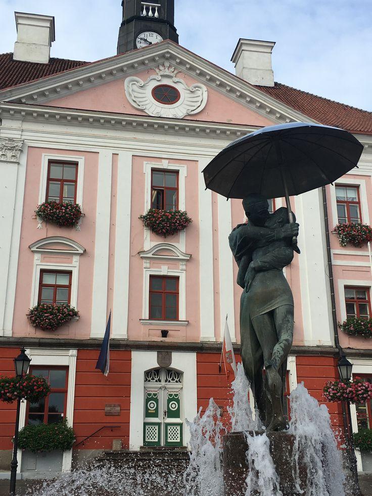 Klassikkopatsas Tartossa: Suutelevat opiskelijat on  Mati Karminin patsas ja se valmistui vuonna 1998. Sen yhteydessä ollut suihkulähde on sijainnut samalla paikalla vuodesta 1948. #tartu #eckeröline #kissingstudents #viro