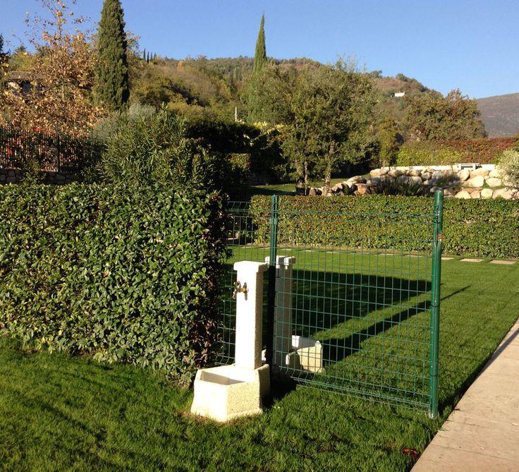 Fontanella da giardino in ghiaia lavata, modello: esagonale 45, finitura: avorio. Località: Garda (Verona).