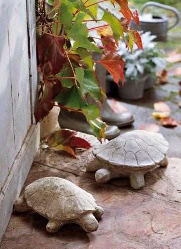 De jolis animaux en pierre ou en métal (assez lourd en tout cas) peints en blanc pour caler les portes, dehors et dedans.