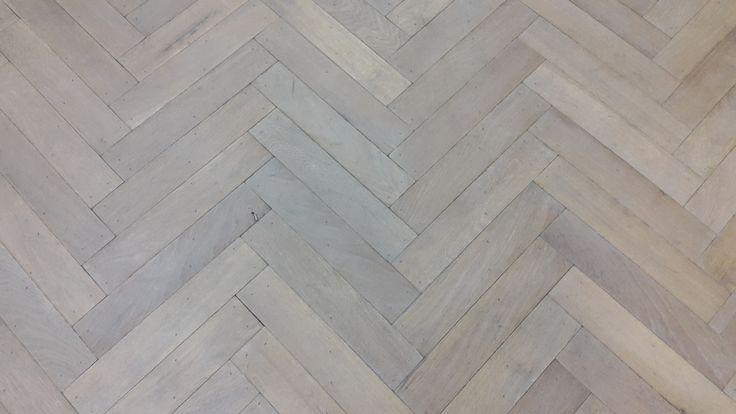 Verouderde visgraat eiken vloer in een wit/grijze kleur - Fairwood houten vloeren