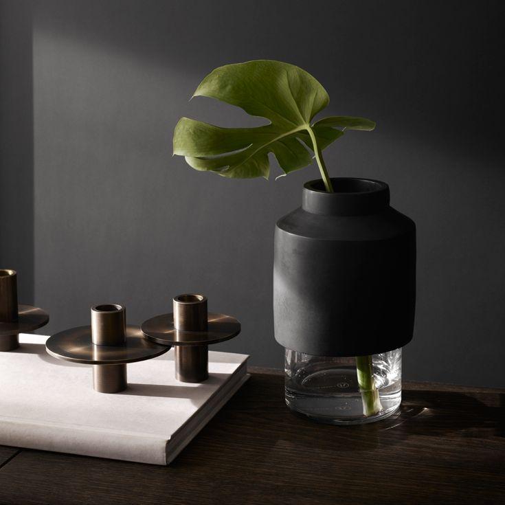 Willmann Vase fra Menu er en smuk og unik vase, som giver både et råt og fragilt udtryk. Vasen ligner både en glas vase og en beton urtepotte i én, så vasen passer perfekt med dine yndlings blomster og planter.