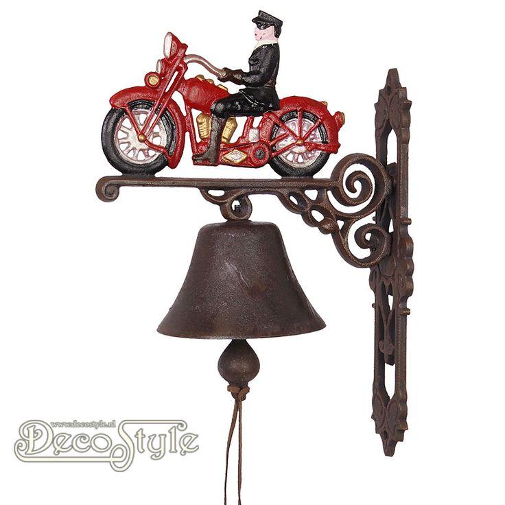 Gietijzeren Deurbel Motorfiets Rood  De nostalgische deurbel die het altijd doet. Prachtige zware gietijzeren deurbel met voorstelling van een motorfiets aan de bovenzijde. Deze gietijzeren bel kan aan een muur worden bevestigd. Bijvoorbeeld naast uw voordeur. Materiaal: Handbewerkt gietijzer Afmetingen: Hoogte: 38 cm Breedte: 15 cm Diepte: 28 cm CAST IRON RED MOTORCYCLE BELL
