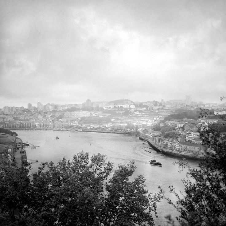 O Douro atravessa o norte de Portugal. Desagua no Atlântico, entre as cidades do Porto e Gaia. O Barco Rabelo está associado a este rio pelo Vinho do Porto
