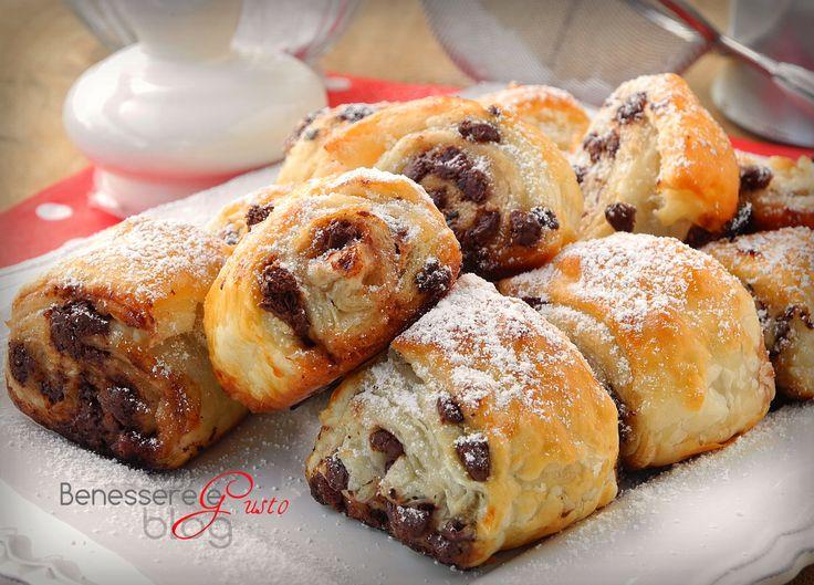 Girelle di pasta sfoglia al cioccolato, ricetta veloce pronta in venti minuti. Dolce per la prima colazione, merenda o caffè, con pasta sfoglia