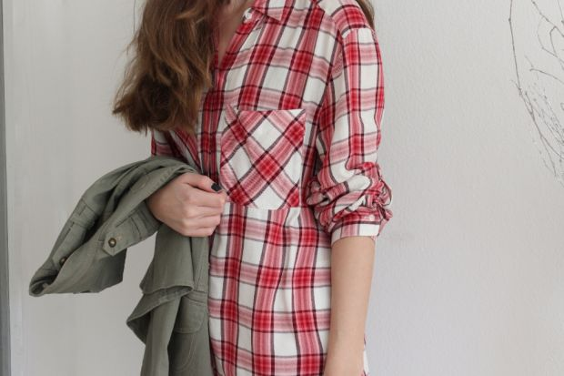 Fashionblogger Caroline from the blog STYLE GLOBO shows how to wear a red plaid shirt and flared denim. More on www.styleglobo.wordpress.com#fashion #moda #plaid #plaidshirt#flareddenim #whitedenim #armyjacket #lookbook #lookdodia #outfit #blogger #fashionblogger #look
