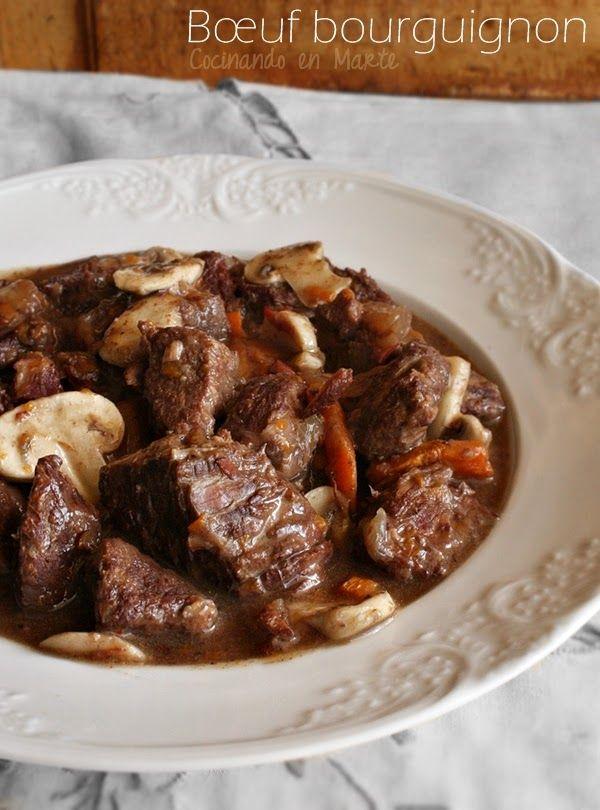 Cocinando en Marte: Bœuf bourguignon:Ingredientes (4 personas): 650 gr. de carne de ternera para guisar 250 gr. de champiñones laminados 100 gr. de jamón serrano en taquitos 1 vaso (250 ml.) de vino tinto 1 vaso de agua (o caldo de carne)  1 cebolla grande 2 zanahorias  2 dientes de ajo ¼ cucharadita de Bovril Aceite de oliva virgen extra Tomillo Sal y pimienta