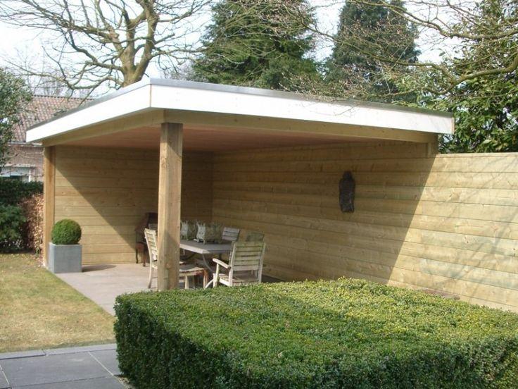 houten overkapping in tuin | Deze houten overkapping, die beschutting biedt in de tuin, loopt over ...