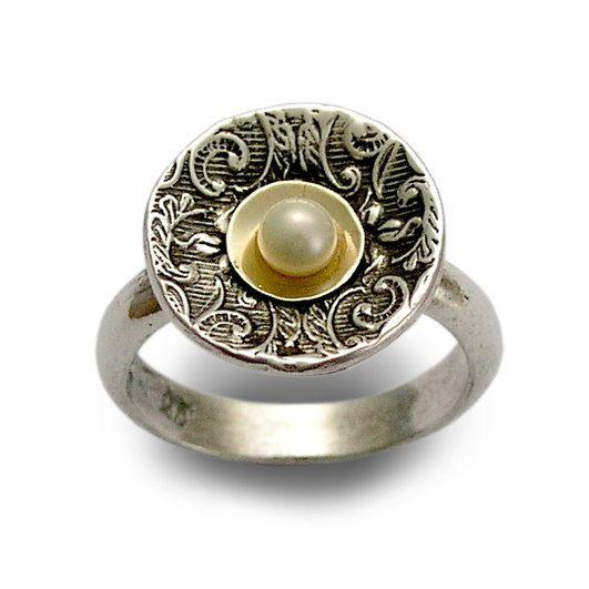 Halten Sie den Atem ~~~~~~~~~~~~~~ Diese Ethno-Stil, erstaunlich, Sterling Silber Ring hat eine Runde Struktur. Die Perle liegt in kleinen Schälchen, umgeben von einer wunderschönen filigranen oxidiert Textur. (Code R1603C) © 2011, Artisanimpact Inc. Alle Rechte vorbehalten.  Bau & Abmessungen: ~~~~~~~~~~~~~~~~~~~~~~~ Sterling Silber, frischem Wasser Perle, 10 k Gelbgold. Ungefähre Durchmesser 15mm (0,59 Zoll) Bitte geben Sie Ihre Größe bei der Bestellung.  Über unseren Schmuck…