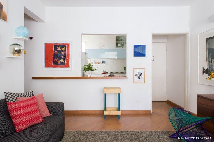 Sala com abertura tipo passa prato para a cozinha.