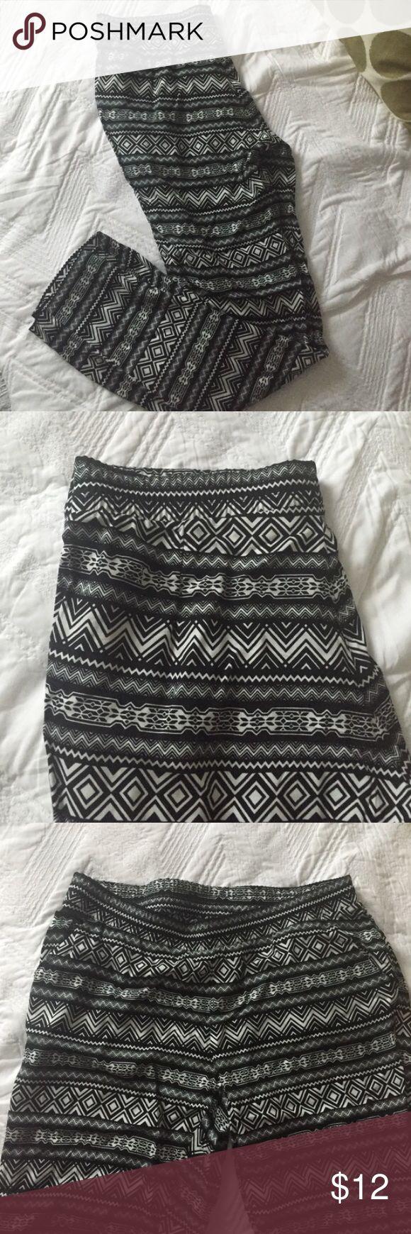 NWT Aztec pants H&M size 12 black white harem pant NWT Aztec pants H&M size 12 black and white slim leg harem pant H&M Pants Trousers