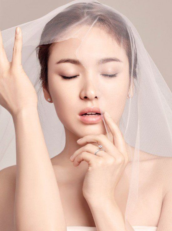 Song Hye Kyo has every man scrambling to put a ring on her finger first in new 'J.Estina' shot | http://www.allkpop.com/article/2015/10/song-hye-kyo-has-every-man-scrambling-to-put-a-ring-on-her-finger-first-in-new-jestina-shot