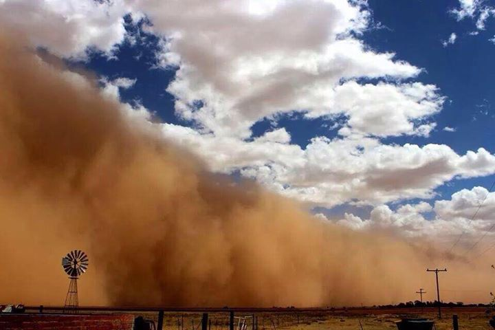AFKTravel via Twitter: driving through the Karoo as a sandstorm hits it... (scary experience, but awesome photo - ETB)
