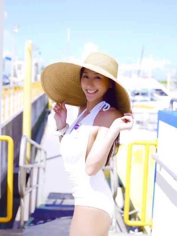 麦わら帽子姿の浅田舞さん