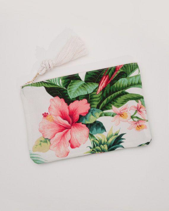 Una bolsa de cremallera dulce en un hibisco rosa brillante y vegetación tropical Palma sobre un fondo blanco.  Yo uso esta bolsa para todos los extras - brillo de labios, teléfono, etcetera. Mantiene las cosas seguro y hace que sea fácil encontrar todo en un solo lugar. Si eres como yo sabes brillos de labios que siempre parecen escapar de bolsillos interiores, pero esta bolsa les traba abajo así que siempre sabrás donde están. También funciona como una caja de mini iPad.  MONOGRAMA  Esta…