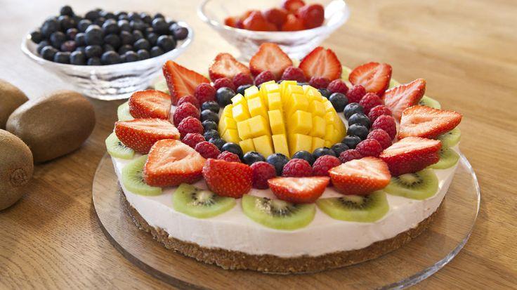 Dette er en superenkel ostekake med yoghurt som pyntes med friske bær og frukt etter ønske. Med noen enkle triks vil du imponere gjestene med denne bærpynten som virkelig setter prikken over i-en.    Avkjøling er ikke beregnet med i tilberedningstiden.    Foto: Rut Helen Gjævert