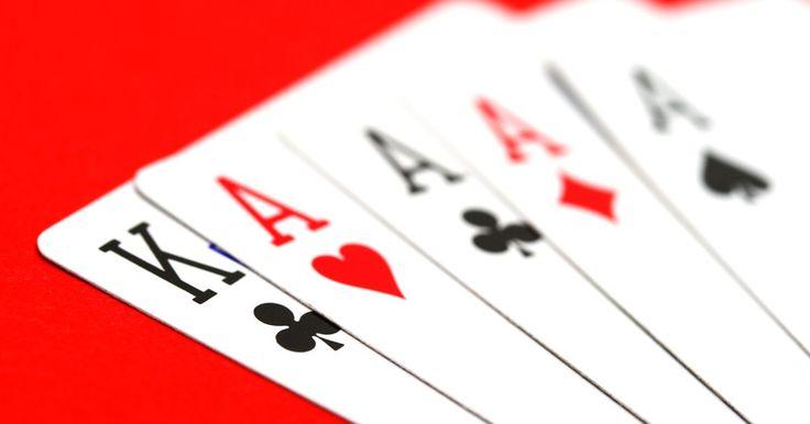 Cómo hacer predicciones con naipes. Si quieres aprender a predecir el futuro, considera utilizar la cartomancia. Esta técnica utiliza naipes para predecir el futuro. Los naipes son herramientas de adivinación útiles que se pueden remontar a la cartomancia de principios de 1600. Esta guía te mostrará cómo utilizar una baraja de 52 cartas básica para hacer predicciones.