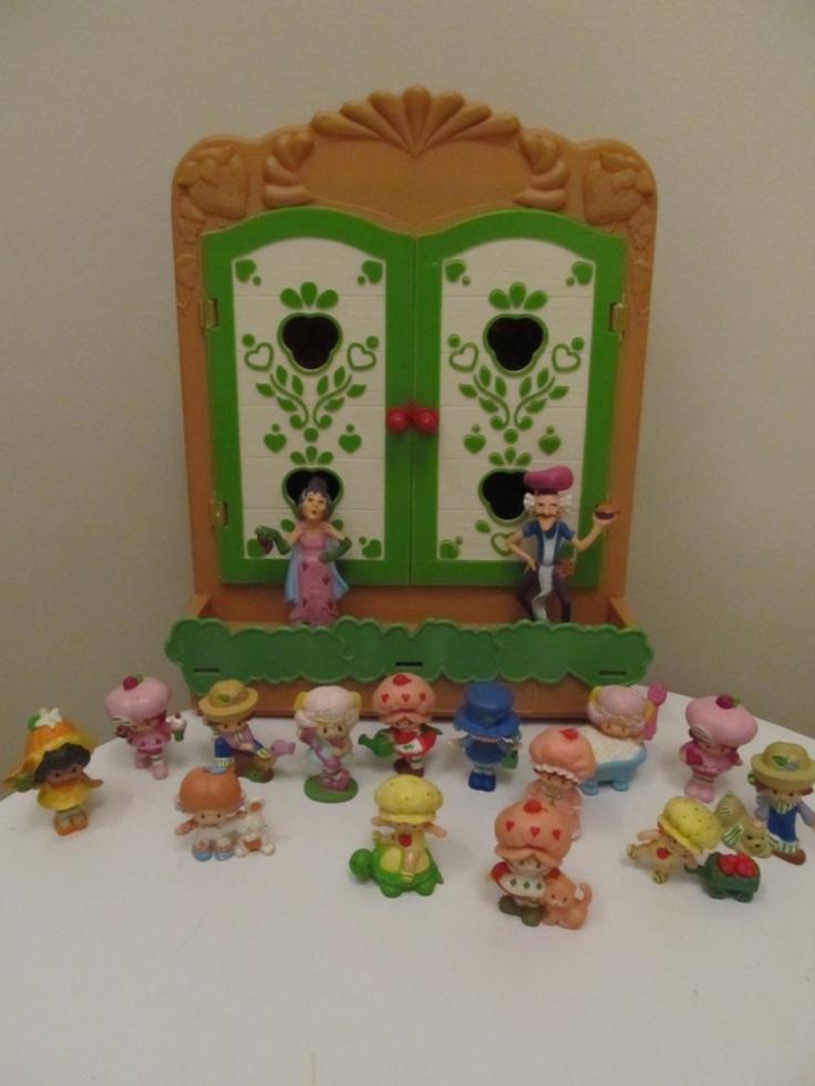 Vintage Strawberry Shortcake miniatures case cabinet with 16 miniature    Vintage Strawberry Shortcake Images