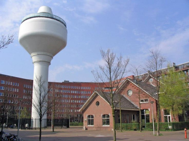2005 Waterleiding terrein Aan de watertoren en de overgebleven oude gebouwen van het oorspronkelijke waterleidingterrein valt nog de voormalige bestemming van het GWL-terrein te herkennen. Toen de Gemeente Waterleidingen zich er in 1851 vestigden lag het nog ver buiten het centrum van Amsterdam.