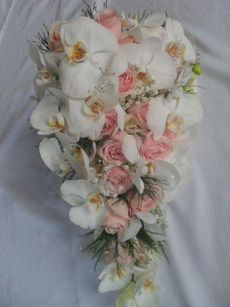 Buque de orquideas e mini rosas,lindo e delicado.