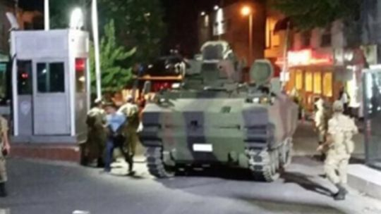 """Tanklarla karakol baskını Darbeci komutan Binbaşı Murat Çelebioğlu'ndan """"Bayrampaşa'dan bir tane bile polis çıkmayacak"""" emrini alan darbeci askerler Habibler Topkule Kışlasındaki tankları alarak harekete geçti. Emniyet'in önüne vardıklarında önce trafiği kesen hainler daha sonra Bayrampaşa Çevik Kuvvet Şube Müdürlüğünü işgal ederek giriş ve çıkışları tanklarla engelledi. Kendilerine engel olmak isteyen halkın üzerine de ateş açan hainlerle mücadele sabaha kadar sürdü."""