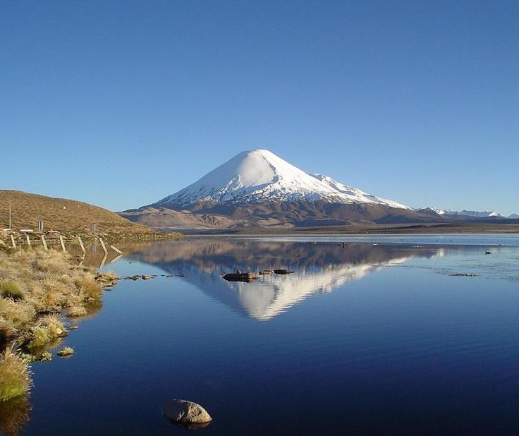 Vulcano Parinacota e il Lago Chungará (Cile)