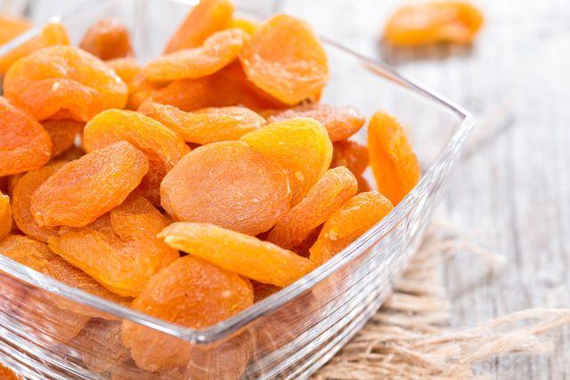 Курага в здоровом питании и кулинарии http://www.edimdoma.ru/kulinarnaya_shkola/tips/show/18015-kuraga-v-zdorovom-pitanii-i-kulinarii Сушеные половинки спелых абрикосов без косточки оранжевого или коричневого цвета сохраняют не только аромат фруктов, но и все витамины, минералы и микроэлементы, особенно если они были высушены на солнце без использования химикатов.   #едимдома #вкусно #кулинария #кухня #советы
