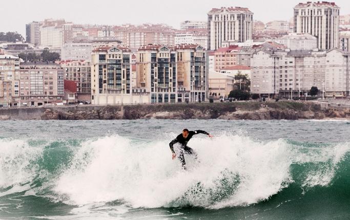 Grym surf i Galicien - DN.SE - Galicien är lite av en glömd del av Europa. Otroligt dramatiskt med vacker natur, rik kultur och historia samt Europas kanske bästa vågor. Det fick artisten Petter att ta surfbrädan och åka till Atlantkusten.    Varje gång jag nämner att jag varit och surfat i Galicien kommer frågan var det ligger någonstans. Några gissar på nordvästra Frankrike och andra på nordvästra England. Svaret är mellan Portugal och Baskien fast längst ut på hörnet av Iberiska halvön.