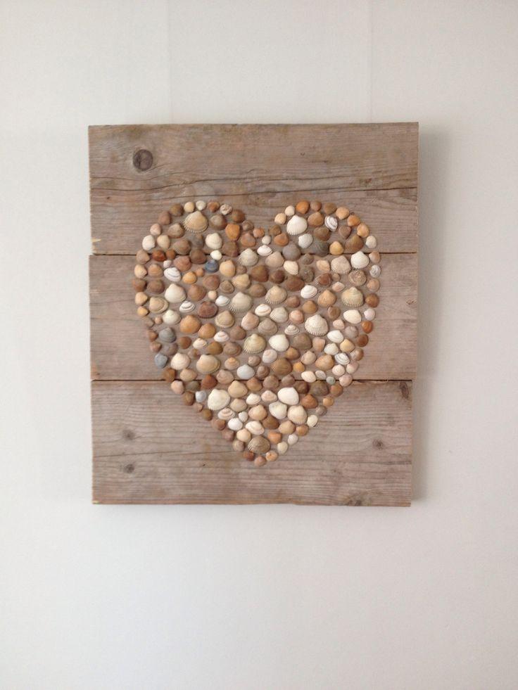 Hart van onze vakantie schelpen gemaakt op steigerhout