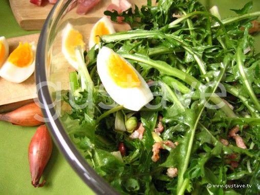 Salade de pissenlit au lard et aux oeufs