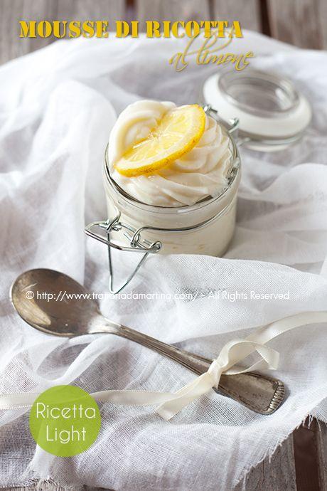 Una spumosa e leggera mousse di ricotta con un delicato aroma di limone che la rende fresca e piacevole per chiudere un pasto con dolcezza.