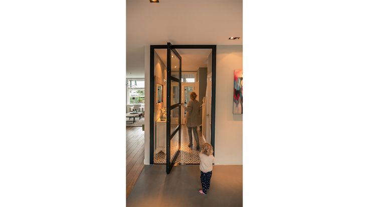 verbouwing-woonhuis-Breda-met-grote-woonkeuken-pivotdeur-open.jpg 1.500×844 pixels