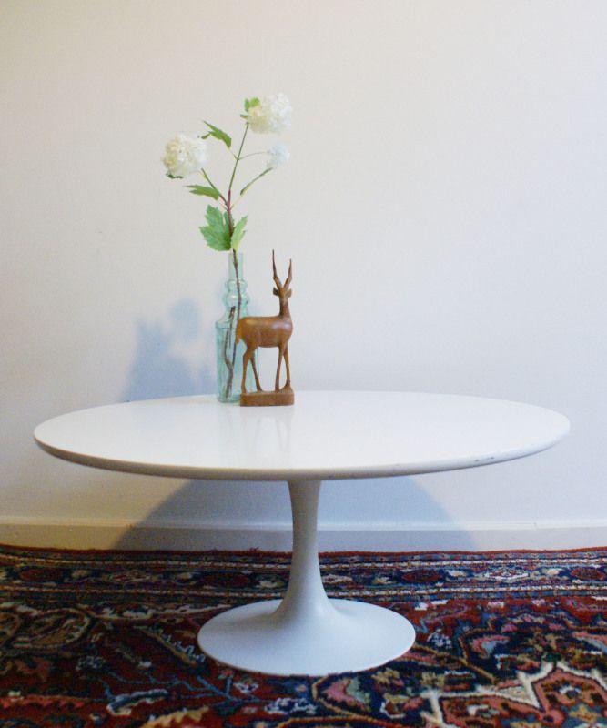 Witte retro salontafel. Ronde vintage tafel op trompetvoet | Toffe meubels | Flat Sheep