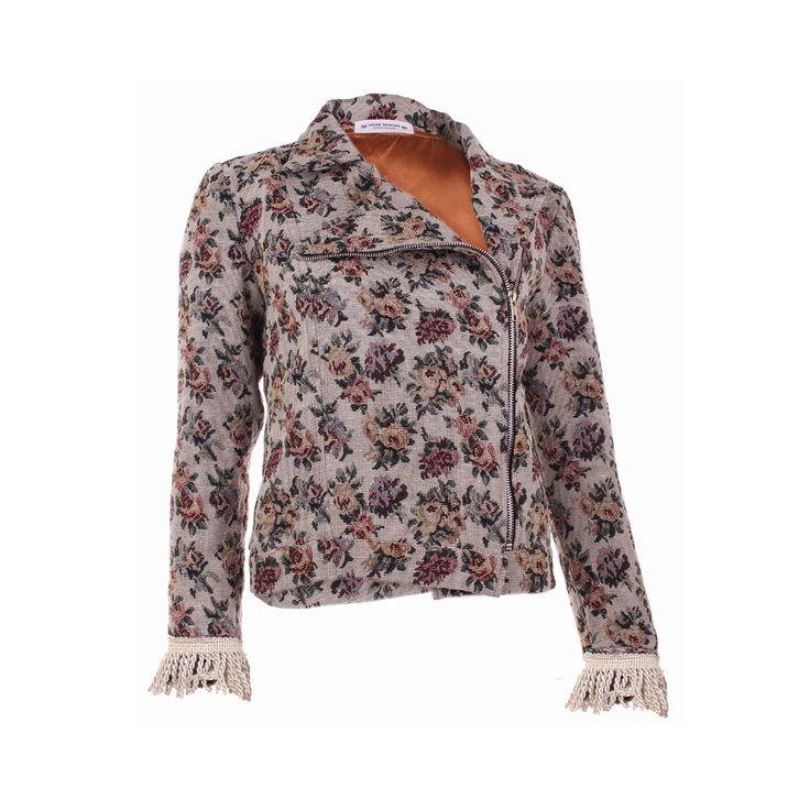 Rickin Tapestry, Seven Heavens, $45.000. Chaqueta floreada con cierre al costado, esta es ideal para las noches de esta temporada, ya que puede combinarse con vestidos largos o...